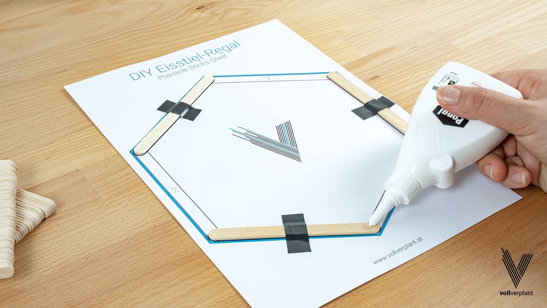 DIY Hexagon Regal aus Eisstielen - Holzleim aufbringen - vollverplant.at